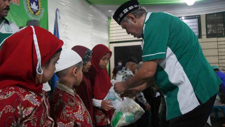 Memberikan bantuan kepada anak-anak kurang mampu dalam puncak peringatan HUT PSMS ke-71, Rabu (21/04/21) malam. Copyright: © Media Officer PSMS