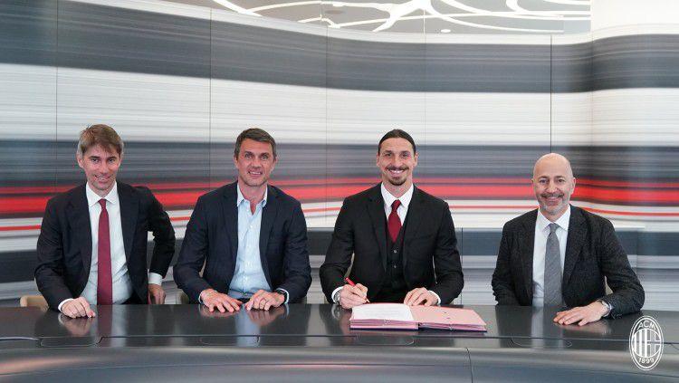 Zlatan Ibrahimovic resmi memperpanjang kontraknya bersama AC Milan. Copyright: © twitter.com/acmilan