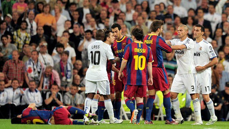 Tensi mendidik el clasico antara Real Madrid vs Barcelona di semifinal Liga Champions,. 27 April 2011. Copyright: © Getty Images