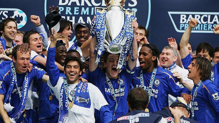 Pesta juara Chelsea usai memastikan gelar Liga Inggris, 29 April 2006. Copyright: © Twitter Uber Chelsea FC