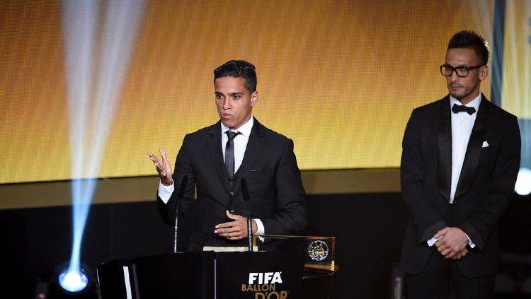 Wendell Lira kala memenangi Puskas Award 2015. Copyright: © twitter.com/FIFAcom