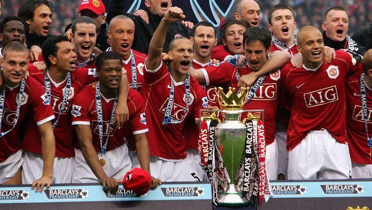 Skuat Manchester United berpesta merayakan titel juara Liga Inggris 2006-2007. Copyright: © Manchester United