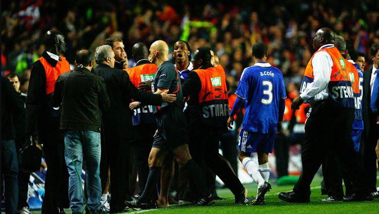 Striker Chelsea, Didier Drogba, melampiaskan kekesalan kepada wasit usai pertandingan Liga Champions kontra Barcelona, 6 Mei 2009. Copyright: © Twitter Bet365