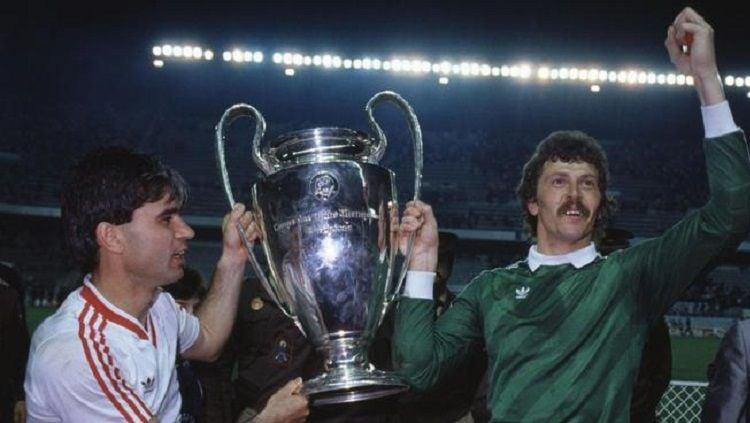 Steaua Bucuresti membawa pulang trofi Piala Champions usai mengalahkan Barcelona di final, 7 Mei 1986. Copyright: © UEFA