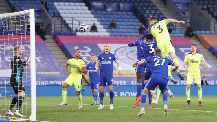 Paul Dummett saat berhasil mencetak gol kedua Newcastle United atas Leicester City Copyright: © Twitter @premierleague