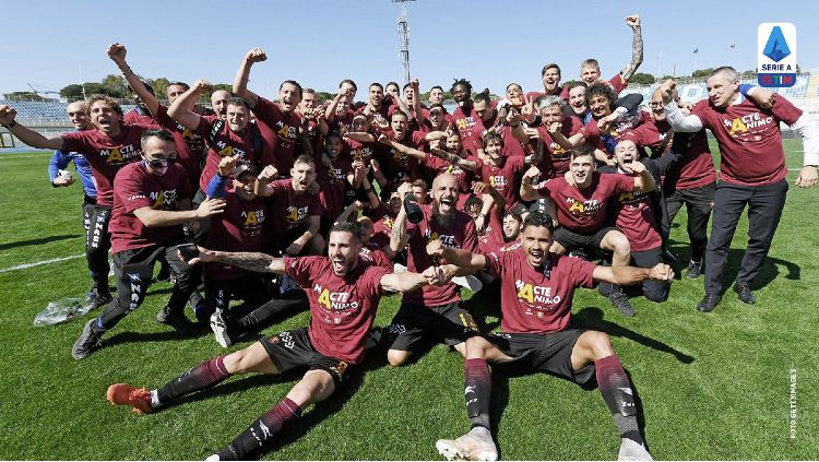 Selebrasi Pemain Salernitana Usai Promosi ke Serie A Copyright: © twitter.com/officialuss1919