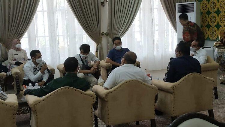 Gubernur Sumut sekaligus Pembina PSMS Medan, Edy Rahmayadi, saat menerima audensi Rizky Billar dan Putra Siregar di rumah dinas Gubernur Sumut, Kamis (27/5/21) siang. Copyright: © Media Sumut