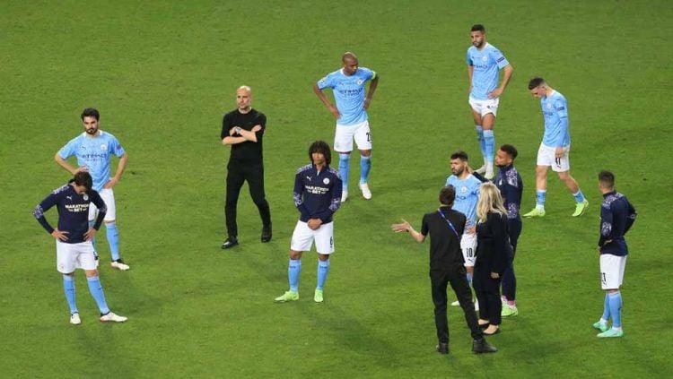 Terjadi perselisihan antara Riyad Mahrez dan John Stones ketika Manchester City dipecundangi Chelsea di partai final Liga Champions. Copyright: © Simon Stacpoole/Offside/Offside via Getty Images