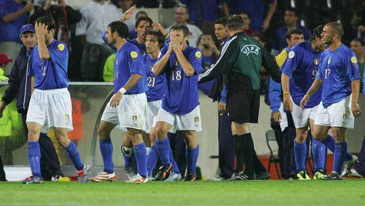 Timnas Italia terlihat sedih usai kalah di babak penyisihan EURO 2004. Copyright: © Andreas Rentz/Bongarts/Getty Images