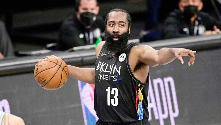 Kemenangan Milwaukee Bucks atas Brooklyn Nets di game 6 semifinal wilayah di playoff NBA diwarnai kejengkelan James Harden atas ulah Giannis Antetokounmpo. Copyright: © Steven Ryan/Getty Images