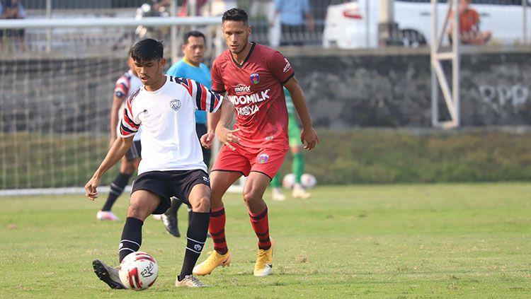 Raphael Maitimo saat berusaha merebut bola. Copyright: © Media Persita Tangerang