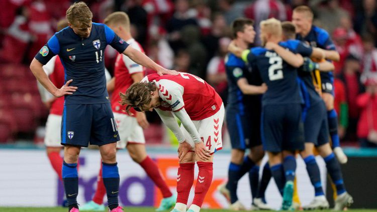 Rasmus Schuller sedang mencoba menghibur Mathias Jensen yang menggantikan Christian Eriksen dalam laga Euro 2020 Denmark vs Finlandia Copyright: © Martin Meissner - Pool/Getty Images