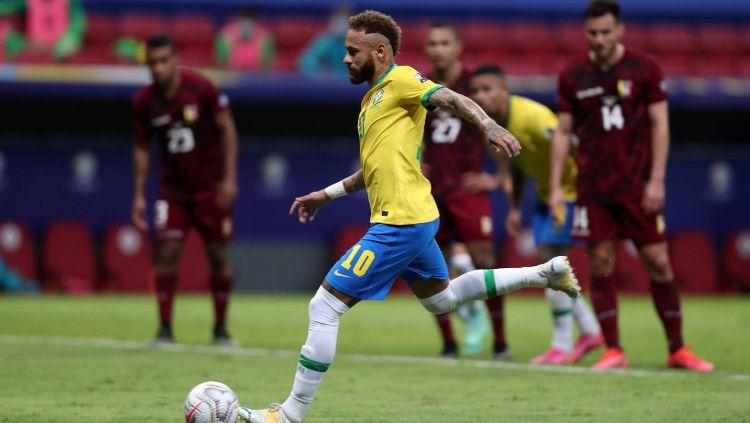 Neymar tengah mengeksekusi tendangan penalti dalam laga lanjutan Copa America 2021 antara Brasil vs Venezuela. Copyright: © Buda Mendes/Getty Images