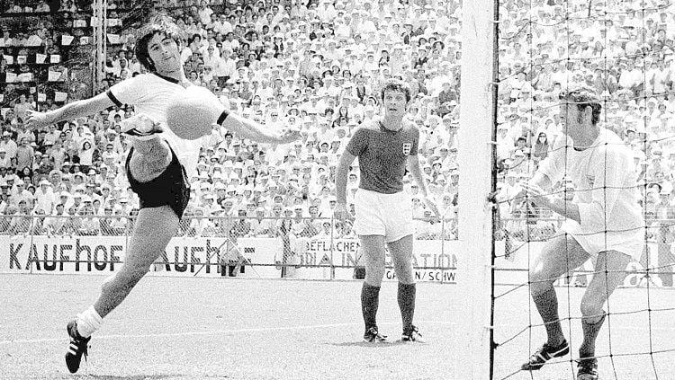 Striker legendaris Jerman, Gerd Muller, mencetak gol kemenangan dalam pertandingan perempat final Piala Dunia kontra Inggris, 14 Juni 1970. Copyright: © DFB