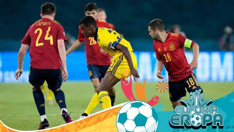 Alexander Isak mencoba keluar dari kawalan di laga Spanyol vs Swedia. Copyright: © Thanassis Stavrakis/Getty Images