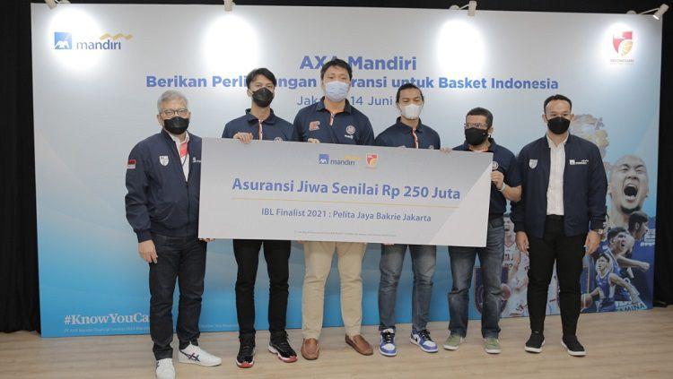 Runner up IBL Indonesia 2021 Pelita Jaya menerima hadiah asuransi dari AXA Mandiri Copyright: © AXA Mandiri
