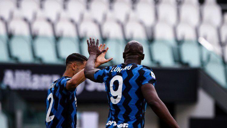 Achraf Hakimi dan Romelu Lukaku merayakan gol Inter Milan. Copyright: © Matteo Bottanelli/NurPhoto via Getty Images
