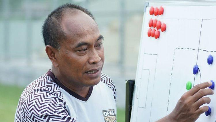 Pelatih Dewa United FC, Kas Hartadi. Copyright: © Dewa United