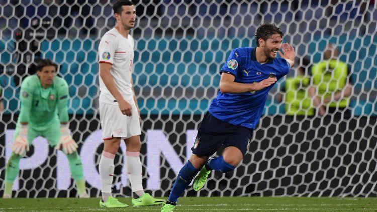 Manuel Locatelli merayakan gol kedua Italia ke gawang Swiss dalam lanjutan laga Euro 2020 Copyright: © Alberto Lingria - Pool/Getty Images