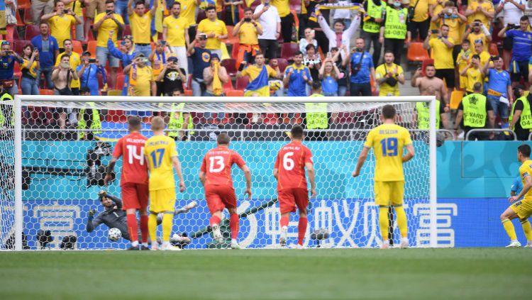 Sepakan penalti Ruslan Malinovskyi digagalkan kiper Stole Dimitrievski di Euro 2020 antara Ukraina vs Makedonia Utara Copyright: © Alex Caparros - UEFA/UEFA via Getty Images