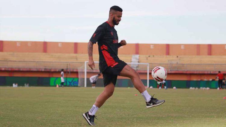 Latihan perdana Rafael Silva dengan Madura United. Copyright: © MO Madura United