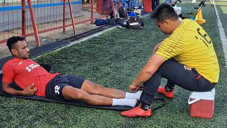 Gelandang Sriwijaya FC, Ronaldo Meosido, saat menjalani perawatan pada bagian engkel. Copyright: © Sriwijaya FC.
