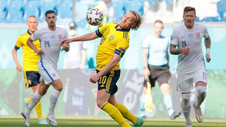 Aksi Emil Forsberg di laga Grup E Euro 2020 Swedia vs Slovakia. Copyright: © Maxim Shemetov - Pool/Getty Images