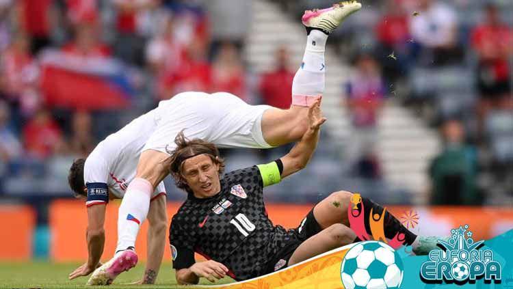 Luka Modric ketika sedang berduel dengan pemain lawan dalam laga Euro 2020 antara Kroasia vs Republik Ceko. Copyright: © Stu Forster/Getty Images