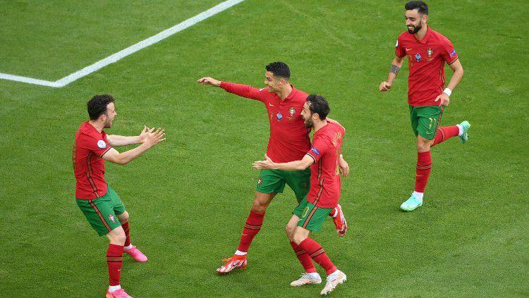 Selebrasi Cristiano Ronaldo bersama skuat Portugal usai menjebol gawang Jerman. Copyright: © Matthias Hangst/Getty Images
