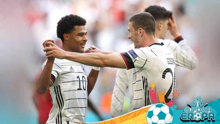 Pemain Jerman, Robin Gosens merayakan dengan Serge Gnabry usai mencetak gol pada pertandingan Grup F, UEFA Euro 2020. Copyright: © Alexander Hassenstein/Getty Images