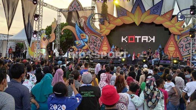 Pengunjung saat menyimak penampilan band Kotak di Gebyar PON XX Papua. Copyright: © Sudjarwo/Indosport.com