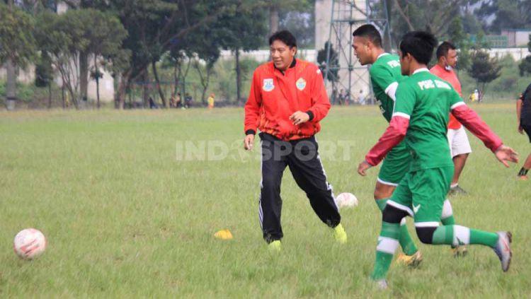 Pelatih PSKC Cimahi, Robby Darwis, saat memimpin latihan di Lapangan Brigif, Kota Cimahi. Copyright: © Arif Rahman/INDOSPORT