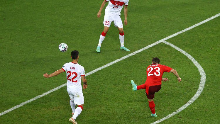 Proses gol kedua Swiss ke gawang Turki yang dicetak oleh Xherdan Shaqiri. Copyright: © Naomi Baker/Getty Images