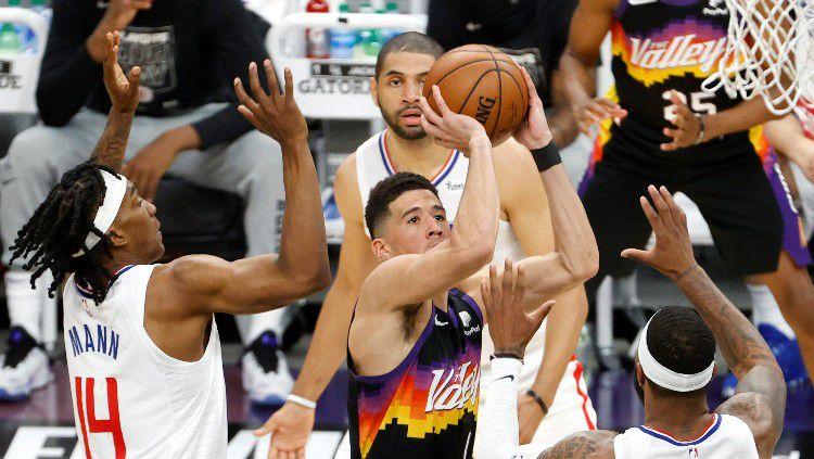 Aksi Devin Booker di final wilayah NBA 2021 antara Phoenix Suns vs Los Angeles Clippers. Copyright: © Christian Petersen/Getty Images