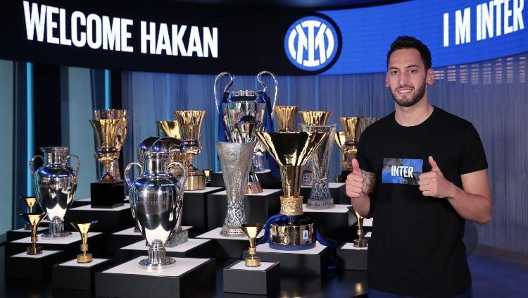 Sejumlah kerugian mengintai keputusan klub Serie A, Inter Milan, mendatangkan eks AC MIlan, Hakan Calhanoglu, di bursa transfer. Copyright: © twitter.com/Inter