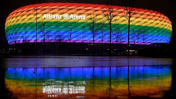 Allianz Arena dengan warna pelangi Copyright: © REUTERS/Andreas Gebert DFL