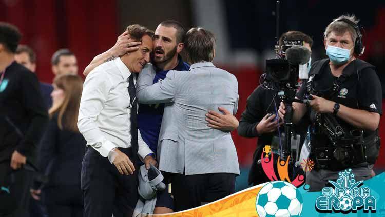 Pelatih Italia Roberto Mancini dan bek Italia Leonardo Bonucci merayakan kemenangannya. Copyright: © Carl Recine - Pool/Getty Images