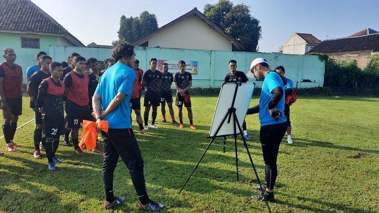 Pelatih Sriwijaya FC, Nilmaizar, memberikan taktik dan strategi menjelang kick-off Liga 2. Copyright: © Media Sriwijaya FC