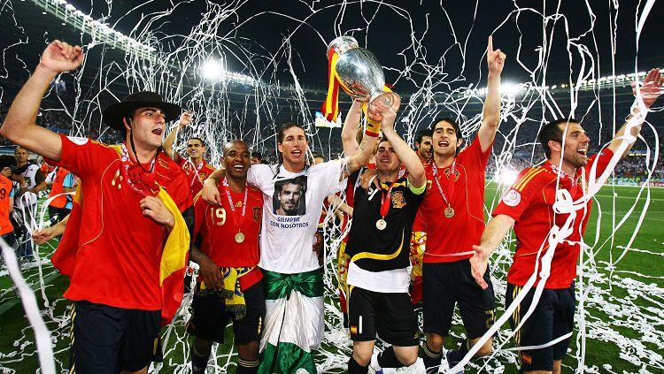 Segenap pemain Spanyol mengarak trofi Piala Eropa usai mengalahkan Jerman di final, 29 Juni 2008. Copyright: © UEFA
