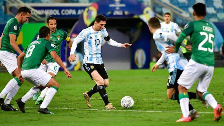 Aksi Lionel Messi di laga terakhir grup A Copa America 2021 antara Bolivia vs Argentina. Copyright: © Rogerio Florentino/Getty Images