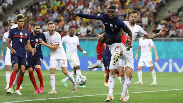 Aksi Paul Pogba di laga Prancis vs Swiss Copyright: © REUTERS/Marko Djurica