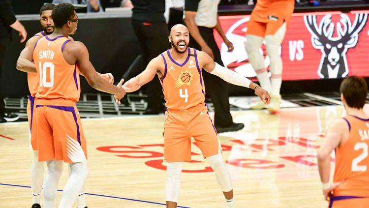Selebrasi pemain basket Phoenix Suns, Jevon Carter bersama teman satu timnya usai memenangkan pertandingan atas LA Clippers. Copyright: © Barry Gossage/NBAE via Getty Images