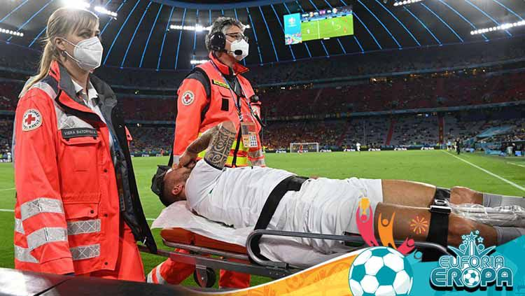 Leonardo Spinazzola mengalami cedera di laga Belgia vs Italia. Copyright: © REUTERS/Christof Stache