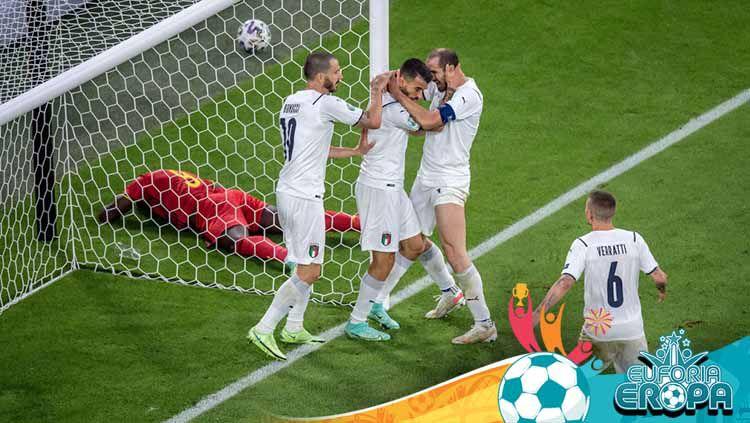 Leonardo Spinazzola (tengah) merayakan dengan Giorgio Chiellini (kanan) dan Leonardo Bonucci, UEFA Euro 2020 antara Belgia dan Italia. Copyright: © Markus Gilliar/Getty Images