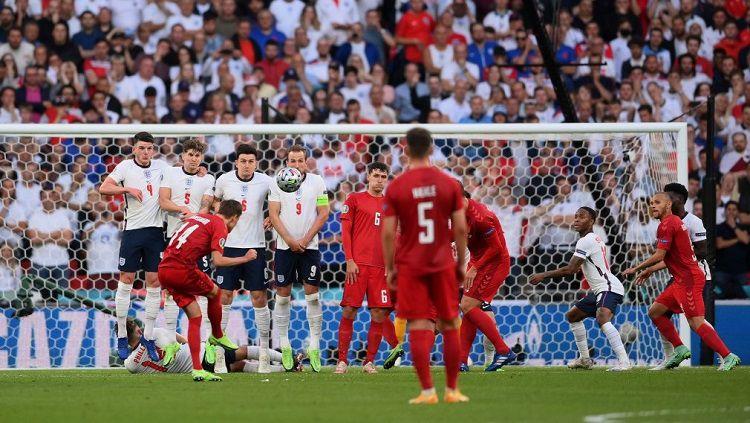 Penyerang Denmark, Mikkel Damsgaard, melepaskan tendangan bebas yang berbuah gol ke gawang Inggris di semifinal Euro 2020. Copyright: © Twitter @MailSport
