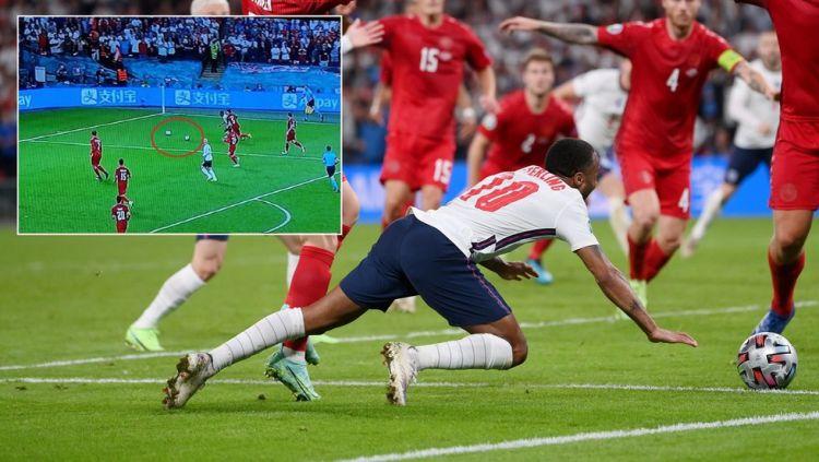 Ada 2 bola sebelum Sterling terjatuh di kotak penalti Denmark Copyright: © Reuters dan Twitter