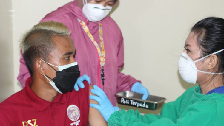 Salah satu pemain Sriwijaya FC saat menjalani vaksinasi tahap kedua. Copyright: © Official SFC
