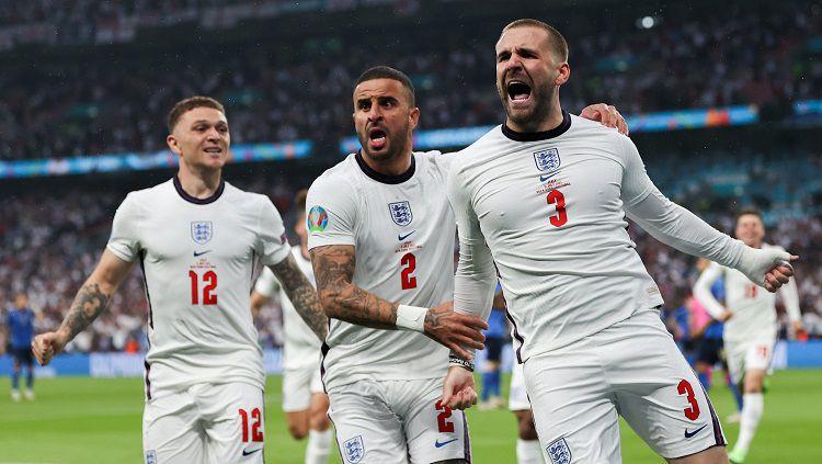 Bek sayap Inggris, Luke Shaw, merayakan gol ke gawang Italia dalam laga final Euro 2020, Senin (12/07/21) dini hari WIB. Copyright: © @EURO2020