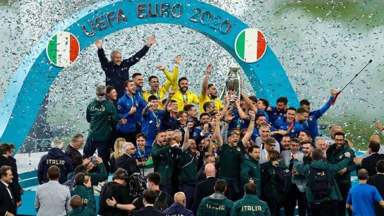 Selebrasi para pemain Timnas Italia saat merayakan kemenangan usai mengalahkan Timnas Inggris di final Euro 2020. Copyright: © Christian Charisius/picture alliance via Getty Images