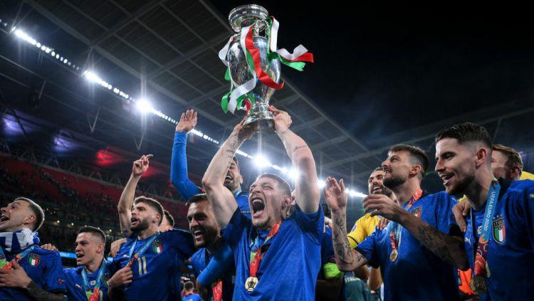 Para pemain Italia mengangkat trofi dan merayakan keberhasilan menjadi juara Euro 2020. Copyright: © Twitter.com/Azzurri
